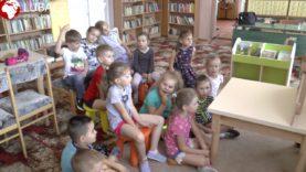 Czytanie bajek w bibliotece w Starym Dzikowie